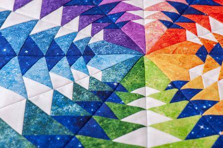 Fragmento de bloque de mosaico hexagonal como caleidoscopio, detalle de colcha, colores del arco iris