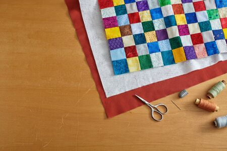 Process of quilt sandwich assembling, sewing accessories Imagens