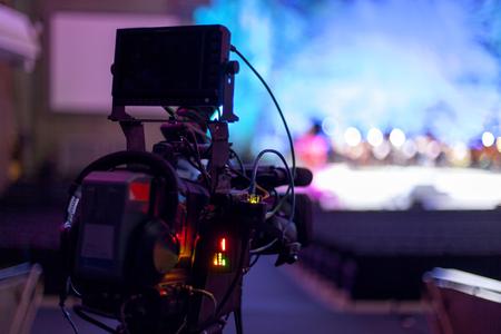 Cámara de vídeo digital profesional. Cámaras de televisión en un hal concierto. Cámaras de televisión digitales Foto de archivo