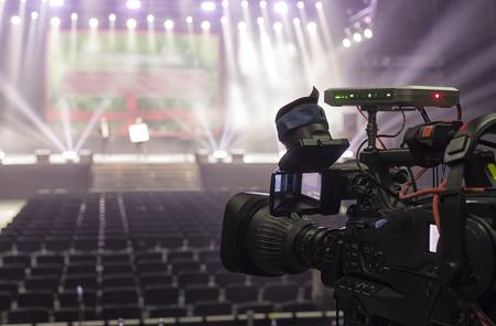 cámara de televisión en un concierto hal. Cámara de video digital profesional.