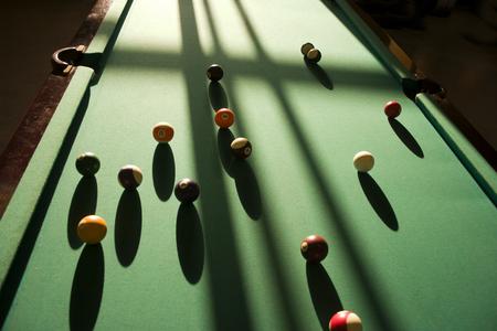 Ombres pointues sur la table de billard des balles.