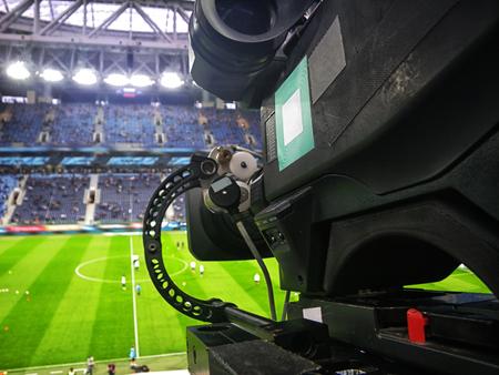 게임 전에 축구 경기장에서 TV 카메라