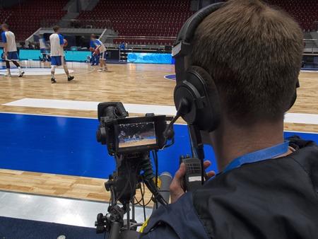 tv-camera voor de uitzending van de basketbalwedstrijd.