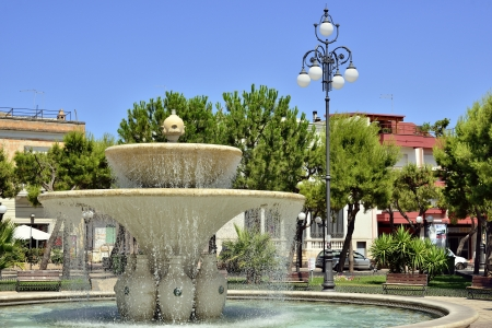 anforas: Fuente en la plaza central - Grottaglie TA Foto de archivo