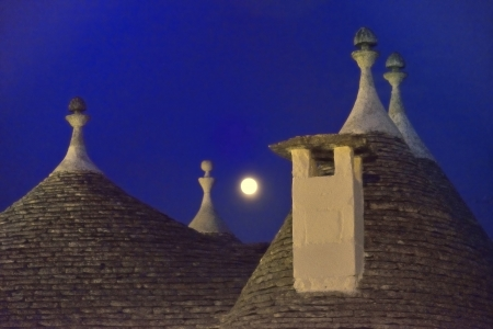 Alberobello BA - Trulli and the moon Imagens