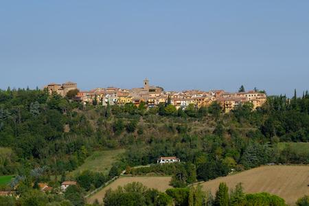 Dozza 마을, 이탈리아의 전망. Dozza는 볼로냐 지방의 6601 주민 (2017 년)의 이탈리아어 시정촌입니다. 이탈리아