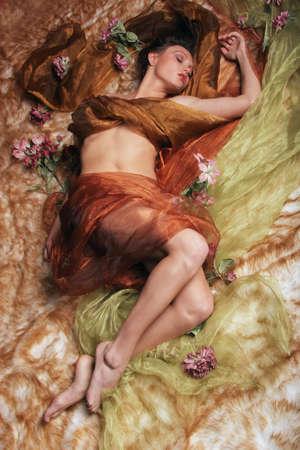 desnudo artistico: Mujer atractiva en seda Foto de archivo