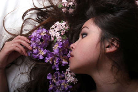 Beautiful woman with flowers on her hair Imagens