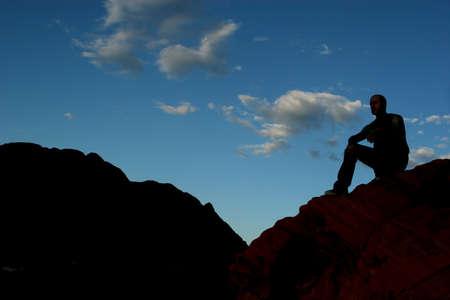 cima montagna: Silhouette di un uomo sulla cima di montagna