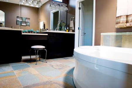 washroom: Decoradas con buen gusto moderno cuarto de ba�o  Foto de archivo