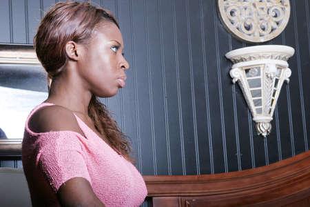 femme noir sexy: Sexy femme noire en chemise rose  Banque d'images