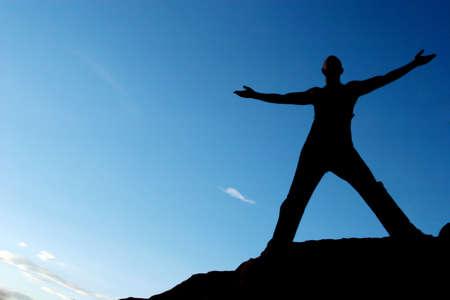 hombre fuerte: Silueta de un hombre con los brazos abiertos