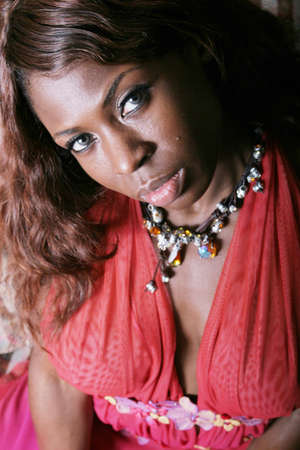 femme noir sexy: Sexy femme noire en robe rouge