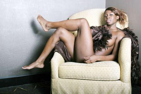tetas: Sexy negro mujer acostada en la silla