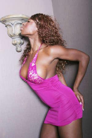 tieten: Sexy zwart meisje in roze lingerie