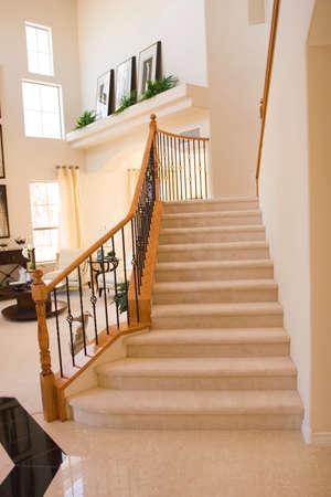 down the stairs: Escalera en una casa moderna