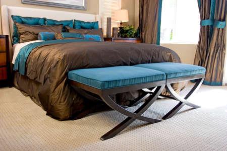 세련되게 꾸며진 현대 침실 스톡 콘텐츠