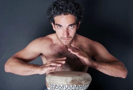 Hombre tocando el tambor  Foto de archivo - 2065127