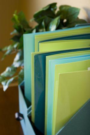 선반에 다채로운 도서