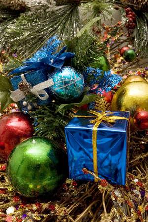 Coloridos adornos decorativos para fiestas de Navidad  Foto de archivo - 2201682