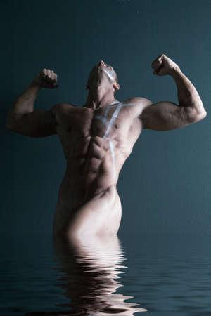 desnudo masculino: Sexy cuerpo constructor flexionando sus m�sculos