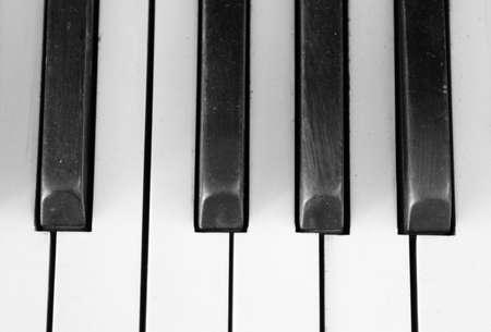 Zwarte en witte piano toetsen