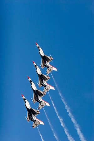 thunderbird: F-16 Thunderbird jets flying in formation