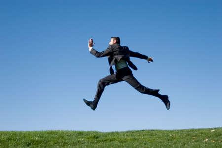 persona saltando: Empresario saltar en el aire