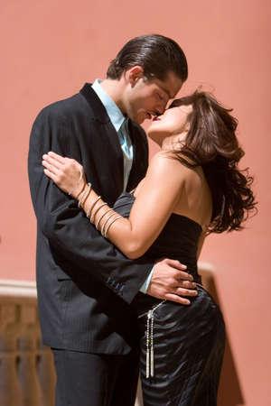 행복 한 매력적인 커플 키스