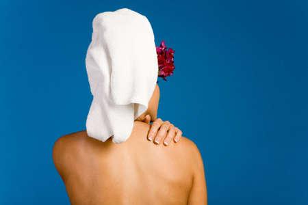 Terug van een vrouw met een handdoek
