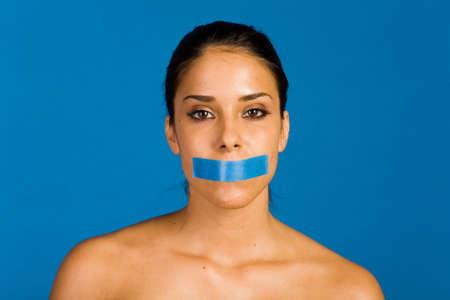 duct: Mujer con una cinta adhesiva sobre su boca  Foto de archivo