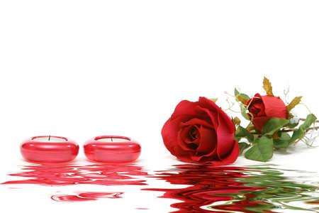 Rose rouge et des bougies isolés sur fond blanc Banque d'images - 3170915