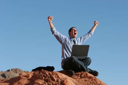 euphoric: Estatico uomo d'affari con il suo computer portatile