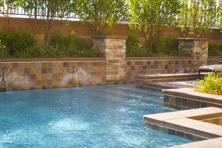 Zwembad in de achtertuin Stockfoto