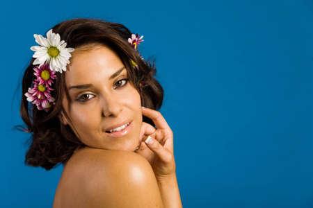 彼女の髪に花をつける美しい女性 写真素材