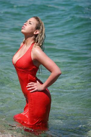 sexy blonde girl: Sexy blonde girl wilgotnych czerwona sukienka Zdjęcie Seryjne