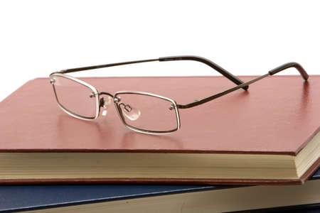 책 더미에 안경