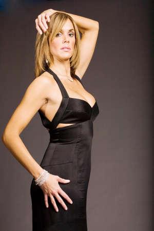 donne mature sexy: Pretty maturo donna in abito elegante
