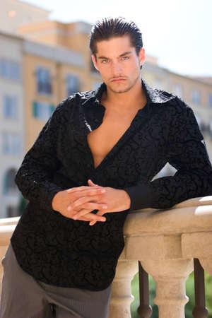 male fashion model: Apuesto modelo con estilo de moda masculina