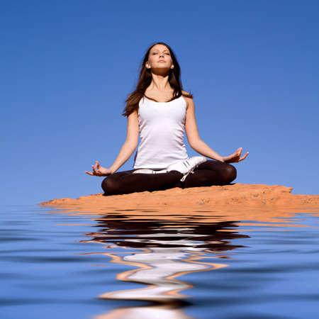 namaste: Pareja atractiva mujer que hace la meditaci�n y el yoga Foto de archivo