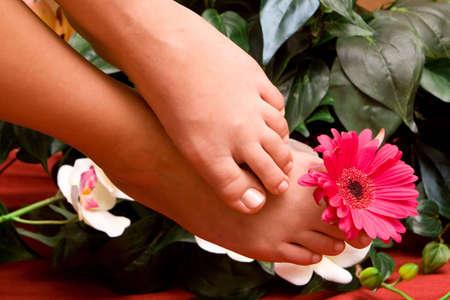 Pedicured womans feet with flowers Zdjęcie Seryjne