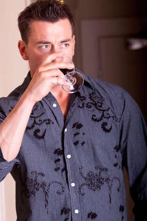 Bello l'uomo che beve vino rosso Archivio Fotografico - 5284843