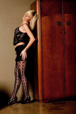 mini falda: Mujer rubia sexy en mini falda Foto de archivo