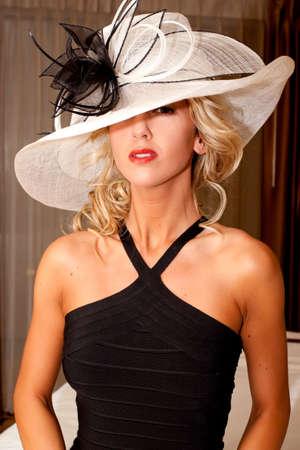 Femme à la mode dans le chapeau élégant et robe  Banque d'images