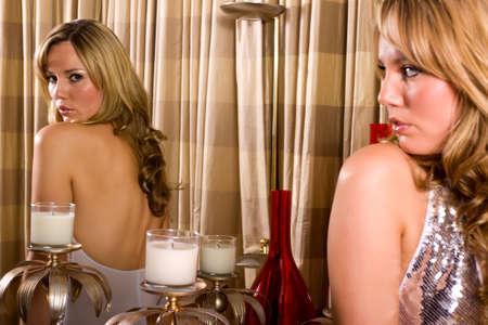 Donna davanti allo specchio Archivio Fotografico - 6144599