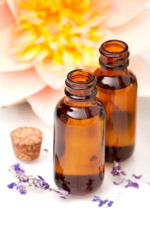 Massage Öle und Waterlily auf weißen Hintergrund Standard-Bild - 6176234