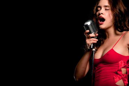 gente cantando: Bella cantante cantando con un micr�fono retro
