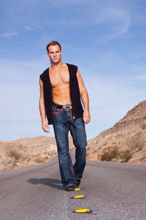 Sexy gespierde man die op de weg  Stockfoto