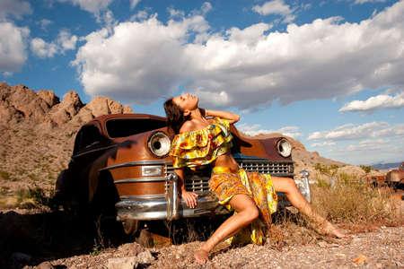 Schöne sexy Frau auf alten Auto Standard-Bild - 6727103