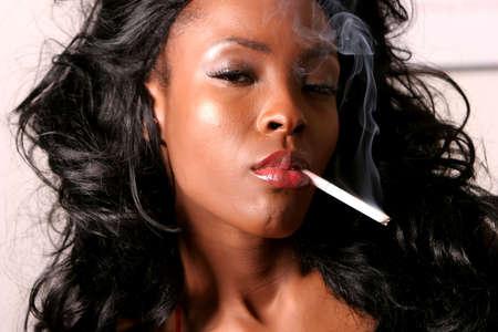 fille fumeuse: Sexy noire am�ricaine jeune femme fumer cigarette
